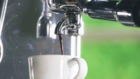 Café express fuera de la máquina clásica del café en la taza de café almacen de metraje de vídeo