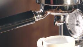 Café express fuera de la máquina clásica del café en la taza de café metrajes
