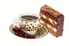 Café express, granos de café y torta de chocolate Fotos de archivo