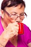 Café express potable de femme aînée Image libre de droits