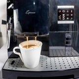 Café express que hace la máquina Fotografía de archivo libre de regalías