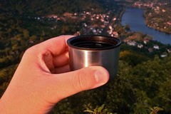 Café express que sorbe del termo sobre el valle del río europeo Elba cuando viewes del puesto de observación de los kamen de Mlyn Imagenes de archivo