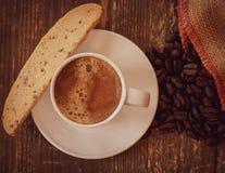 Café express y biscotti de la tarde en la madera resistida imagen de archivo