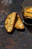 café express y cantucci italiano de las galletas en fondo oscuro Fotos de archivo