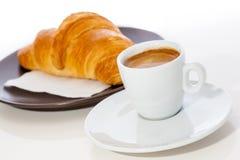 Café express y cruasán del café en una placa imagen de archivo libre de regalías