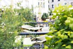 Café extérieur confortable Tableaux et chaises à la terrasse de restaurant Images stock