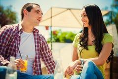 Café extérieur de couples Photo stock