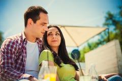 Café extérieur de couples Images stock