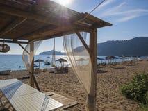 Café extérieur vide d'été à l'île tropicale Fusée de lentille photographie stock