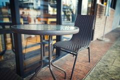Café exterior com fundo do borrão Foto de Stock Royalty Free