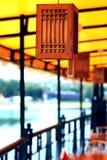 Café exterior com lanternas de madeira Foto de Stock