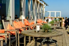 Café exterior do terraço do verão no beira-mar fotografia de stock royalty free