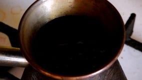 Café fabricado cerveja em Cezve vídeos de arquivo