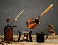 Café fabricado cerveja no cezve de cobre fotografia de stock