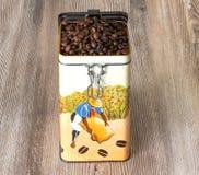 Café, feijões de café aromáticos frescos em uma caixa do metal Imagem de Stock