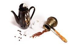 Café, feijões de café, potenciômetros e cezve derramados imagens de stock