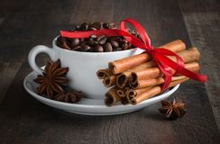Café, feijões de café, especiarias, anis de estrela, canela, açúcar, lona fotografia de stock