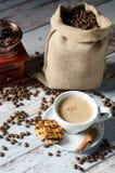 Café, feijões roasted, moedor do moinho e alguns doces Imagem de Stock Royalty Free