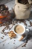 Café, feijões roasted, moedor do moinho e alguns doces Imagem de Stock