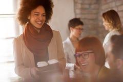 Café femelle afro-américain de portion aux employés photographie stock