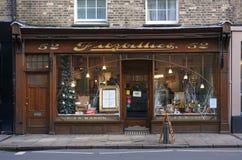 Café-Fenster-Front, Cambridge, England mit Weihnachtsfeiertags-Dekorationen Stockfotografie