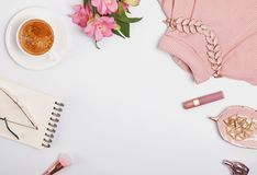Café, fleurs, accessoires Pâle - rose ou rougir articles de couleur photographie stock libre de droits