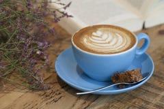 Café, fleurs et livres dans un café Images stock