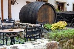 Café forjado de los muebles y un barrilete de cerveza fotografía de archivo libre de regalías
