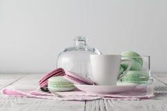 Café fraîchement préparé avec les macarons délicieux image stock