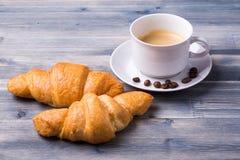 Café frais avec des croissants images libres de droits