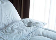 Café frais de matin sur le lit image stock