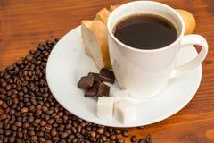 Café frais et se fortifiant avec du chocolat image stock