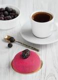 Café frais pour le petit déjeuner avec un gâteau de massepain et de baies Photographie stock