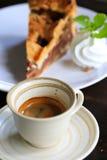 Café frais sur la table en bois Café d'expresso court sur la table Photographie stock libre de droits
