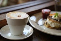 Café frais sur la table en bois Café d'expresso court sur la table Photo stock
