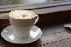 Café frais sur la table en bois Café d'expresso court sur la table Image libre de droits