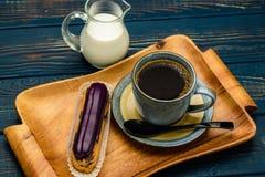 Café francés con crema y el Eclair fotos de archivo