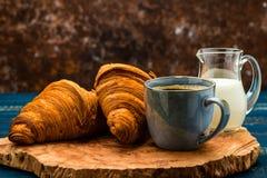 Café francês com creme e Eclair imagem de stock royalty free