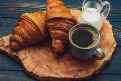 Café francês com creme e Eclair fotografia de stock royalty free