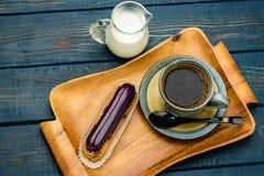 Café francês com creme e Eclair imagem de stock