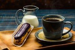 Café francês com creme e Eclair imagens de stock