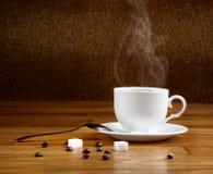 Café fresco caliente en una taza blanca Imagenes de archivo