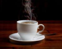 Café fresco caliente en una taza blanca Foto de archivo