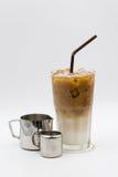 café fresco com palha e leite e xarope do aço Foto de Stock Royalty Free