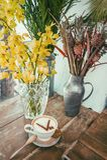 Café fresco con las flores Imagen de archivo