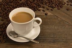 Café fresco con leche en la taza blanca Foto de archivo