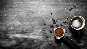 Café fresco Copo de café com grões roasted Imagem de Stock