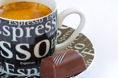 Café fresco do café com crema e praline Imagens de Stock Royalty Free