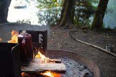 Café fresco do fogo do acampamento da fabricação de cerveja fotografia de stock
