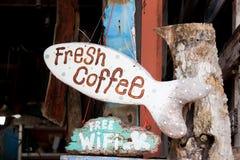 Café fresco do sinal de madeira fotografia de stock